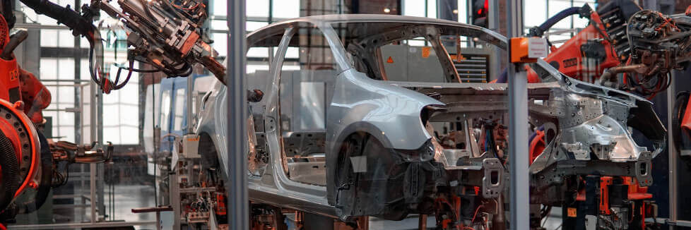Fabricació d'un cotxe amb braços robòtics